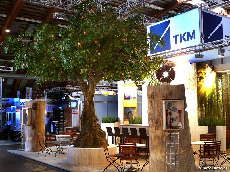 Kunstbäume mieten:  Großer, künstlicher Apfelbaum mit knolligem Stamm (5,00 m Höhe) Messe Linz, AT