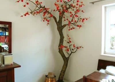 Künstlicher Apfelbaum mit Wildfrüchten (Höhe ca. 220 cm) als Eckdekoration.