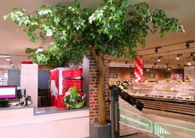 Künstlicher Baum (300 cm Höhe) im Eingangsbereich eines Lebensmittelmarktes.