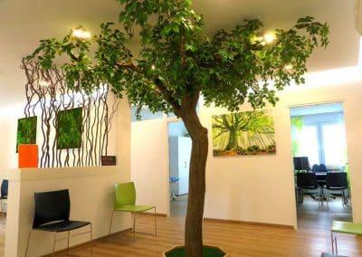 Künstlicher Baum in einer Arztpraxis (Raumhöhe 260 cm).