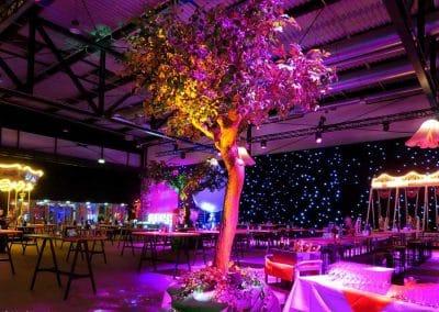 Belaubter Baum von Hadjisky in einem zauberhaften Lichtermeer.