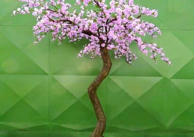 Künstlicher Dekobaum (240 cm hoch) mit Blüten und asymmetrischer Krone.