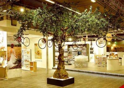 Stilvoll dekorierter, künstlicher Olivenbaum (Höhe 350 cm) mit ausladender Krone (550 cm).
