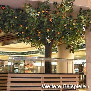 Kunstbäume mit verschiedenen, bunten Früchten in der Kö-Galerie in Düsseldorf