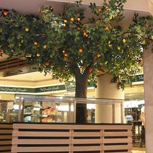 Kunstbäume mit verschiedenen Früchten