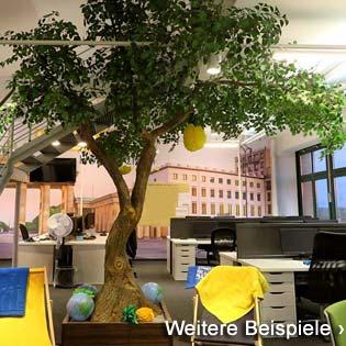 Großer. grün belaubter Kunstbaum (ohne Früchte) mit gegabeltem Stamm