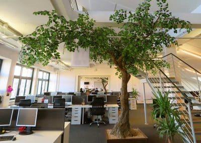 Kunstbaum mit stark asymmetrischer (Ø ca. 500 cm) Krone.