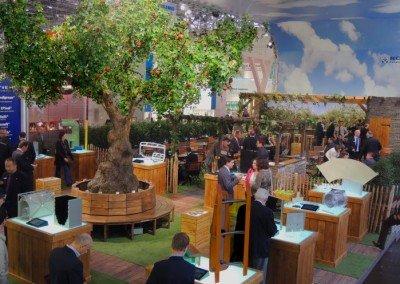 Kunstbaum, groß mit Ruhebank auf der K-Messe in Düsseldorf