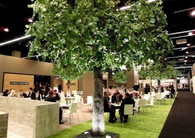 Beleuchtete Kunstbäume auf der Kölner Möbelmesse.