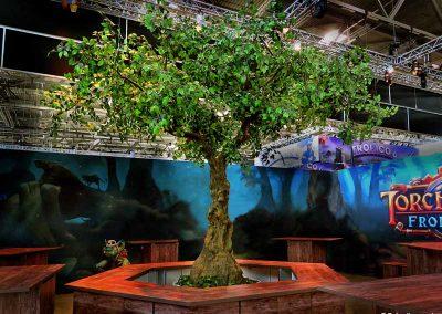 """Kunstbaum, groß mit Knollenstamm (Höhe o. Podest ca. 380 cm) auf der """"Gamescom"""" in Köln."""