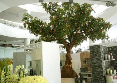 Großer, künstlicher Baum (Apfel, mit Früchten) in einem Ulmer Möbelhaus