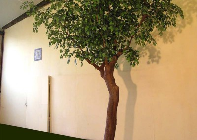 Kunstbaum mit hochgezogener Krone. H 4,20 m, Ø ca. 3,00 m.