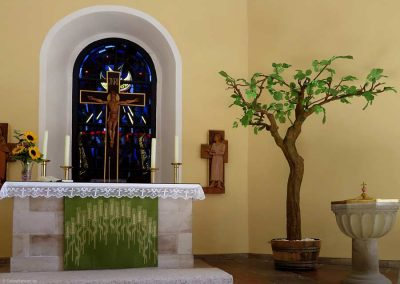 Künstlicher Lindenbaum mit sehr lichter Krone in der St. Marien Kirche in Laatzen.