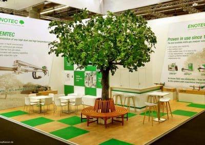 Kunstbaum (Linde) mit Sitzbank auf der Kölner Messe (Höhe ca. 450 cm, Krone ca. 450 cm).