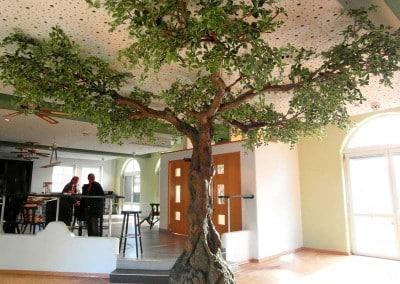 Kunstbaum mit asymmetrischer Krone (Raumhöhe 270 cm).