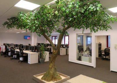 Künstlicher Baum mit gegabeltem Stamm. Höhe 270 cm.