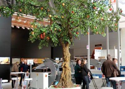 Dank der licht belaubten Krone wirkt dieser Kunstbaum - trotz 450 cm Höhe und 500 cm Kronendurchmesser filigran.