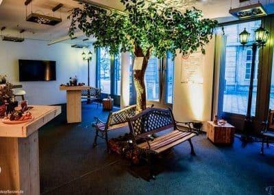 Ruheraum in einem Kölner Büro das durch einen Kunstbaum o. Früchte aufgewertet wird. (Raumhöhe 265 cm).