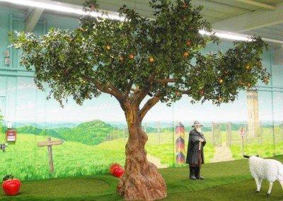 Großer, künstlicher Apfelbaum mit bunten Früchten und knolligem Stamm im RhönRäuber Park