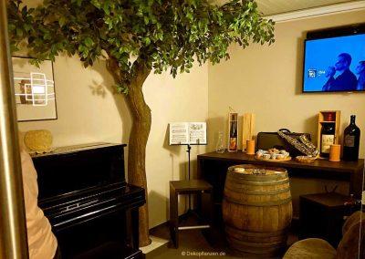 Künstlicher Baum von Hadjisky als Wanddekoration im Weinkeller - 260 cm Raumhöhe.
