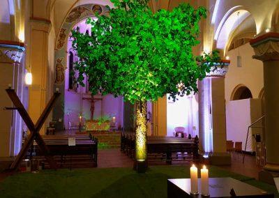Künstlicher Lindenbaum (Höhe ca. 500 cm) Krone Ø ca. 500 cm in Liebfrauenkirche in Gelsenkirchen.