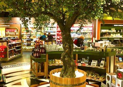 Ein täuschend echt wirkender, künstlicher Olivenbaum. Höhe von ca. 400 cm.