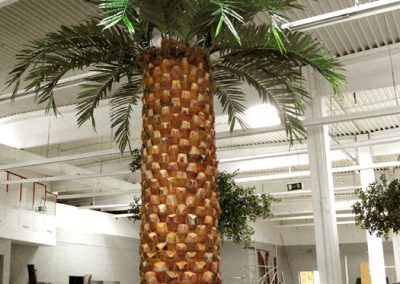 Kunstpalme (Höhe 500 cm, Stamm Ø ca. 90 cm). Stamm aus echten Natursegmenten. Restpostenbestand: 6 Stück
