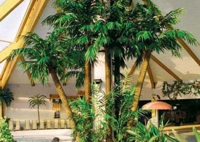 Mit mehreren Palmen kaschierter Stützpfeiler