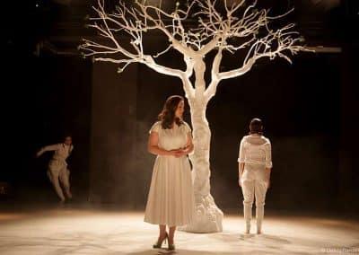 """Weißer Kunstbaum ohne Blätter (ca. 350 cm Höhe; 350 cm Ø Baumkrone) als Theaterkulisse bei """"Die schöne Müllerin"""" im Theater Osnabrück."""
