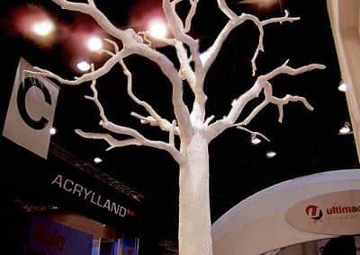 Kahler weißer Kunstbaum als Messestand-Dekoration.