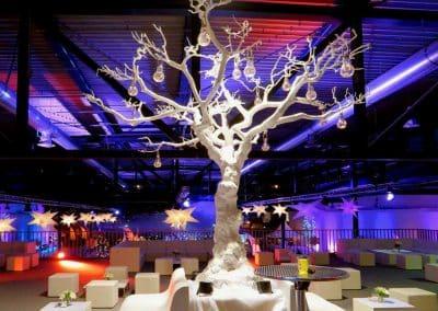 Großer, kahler Kunstbaum (weiß) mit Leuchtmitteln in Filament-Optik als Event-Dekoration.