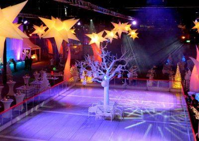 Kahler weißer Kunstbaum auf Eis / Höhe ca. 450 cm, Krone ca. 500 cm.