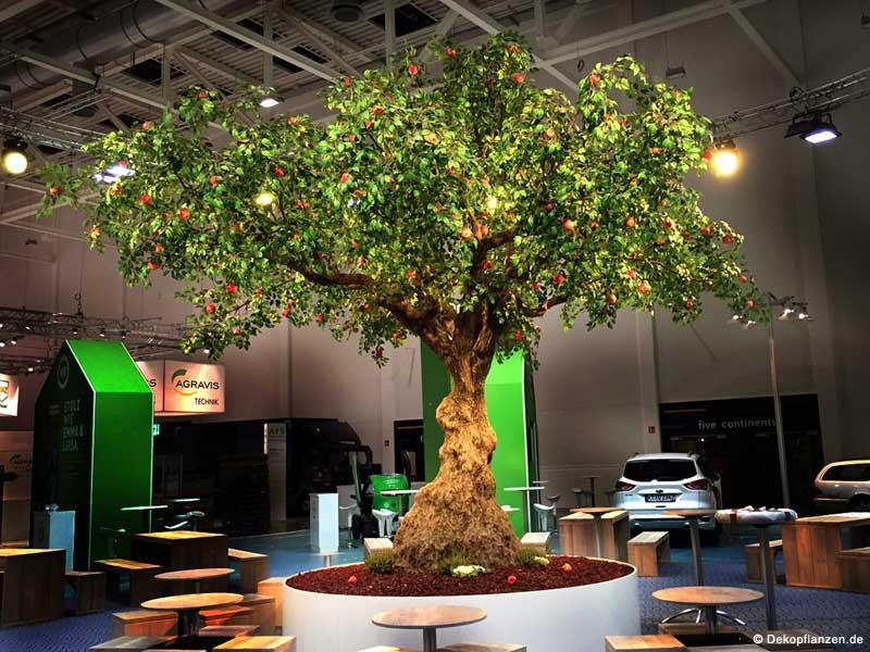 Ein XXL-Kunstbaum von Hadjisky (Grün, mit Äpfeln, Höhe 5,00 m; Ø Krone 6,00 m) als Dekoration