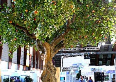 XXL-Kunstbaum (Apfel) auf der Messe in Salzburg. Die Stärke des massiven Stamms beträgt am Fuß ca. 140 cm.
