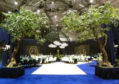 2 gebogene Kunstbäume im VIP-Bereich der Aftershow-Party (TV-Event).