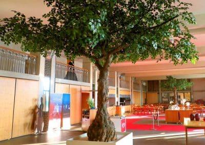 Zwei XXL Kunstbäume (Höhe 350 cm o. Podest; Baumkrone Durchmesser 500 cm) im Festspielhaus Neuschwanstein.
